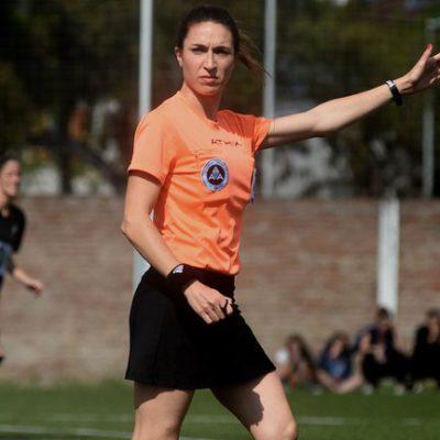 """Entrevista a Salome Di Iorio, árbitra de fútbol: """"A las pioneras nos costó demasiado todo"""""""